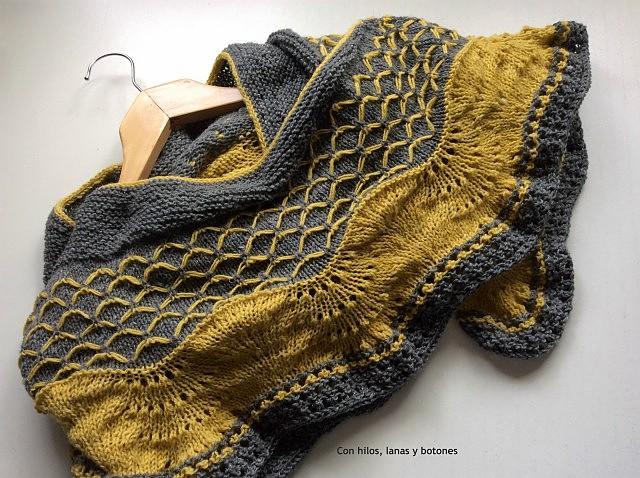 Con hilos, lanas y botones: Alloy Shawl