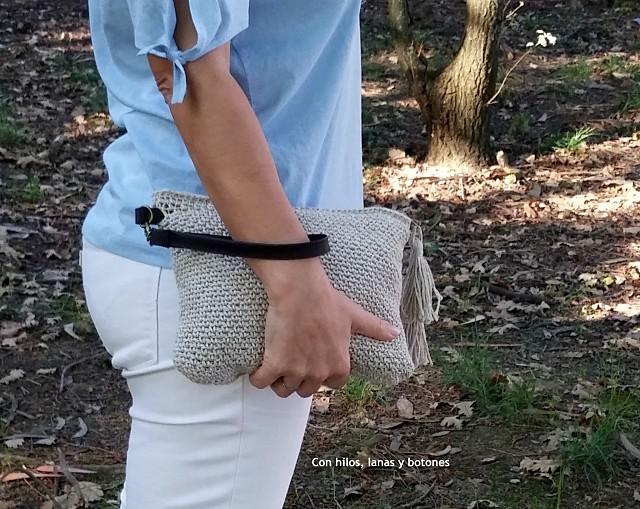 Con hilos, lanas y botones: clutch rústico de ganchillo tejido con Drops Bomull-Lin (patrón gratis)