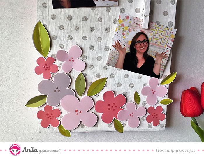 zona ingerior de un panel de fotografías decorado con papeles estampados