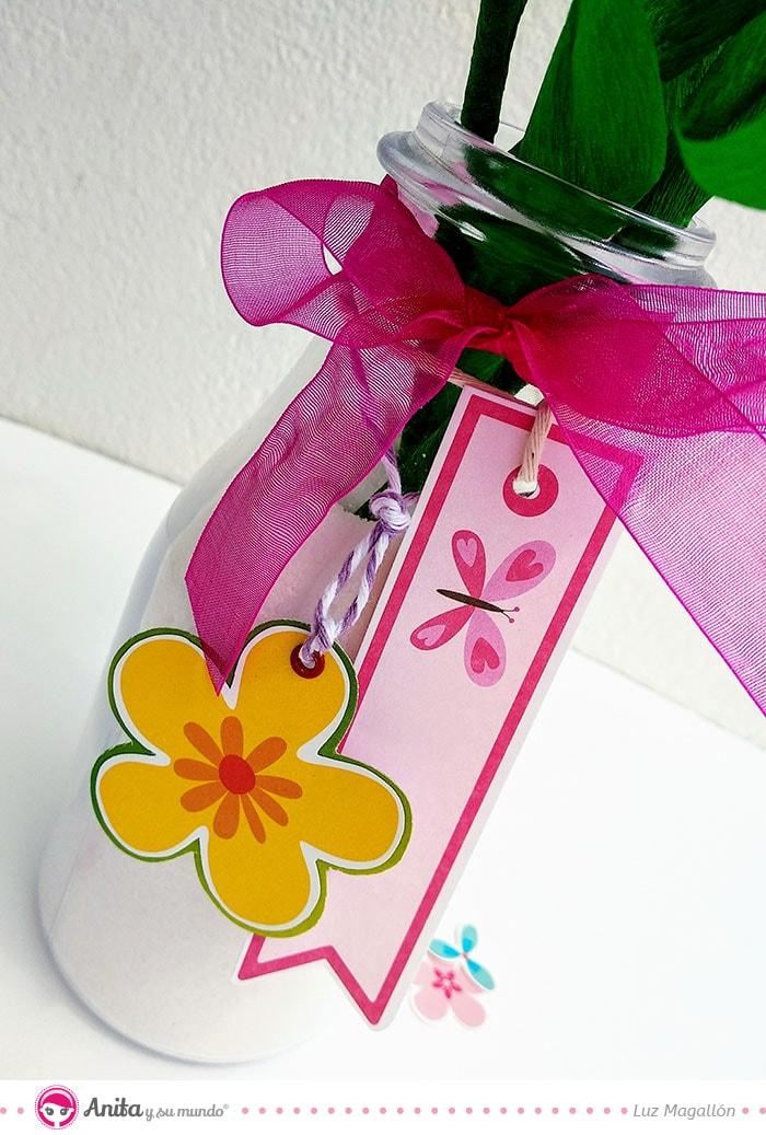decorar botella de cristal con papeles de scrapbooking