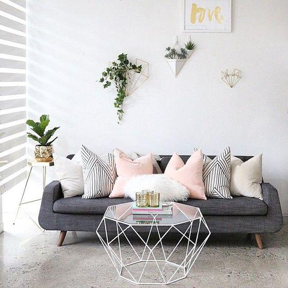 decorar el espacio sobre el sofa - varias macetas - ioihomedesigns xyz