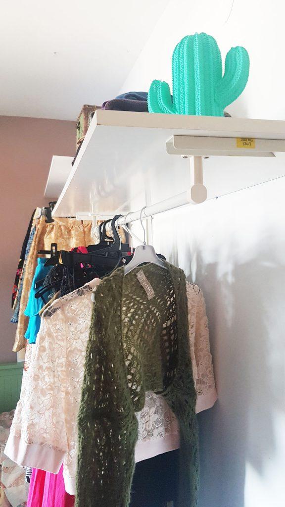 Alternativa al armario - Detalle de la balda perchero