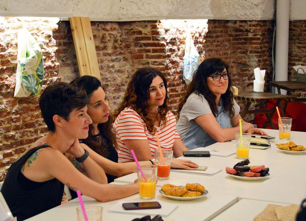 Cristina, Lara, yo y Lucía atendiendo un montón en la presentación de Casaterapia ;)
