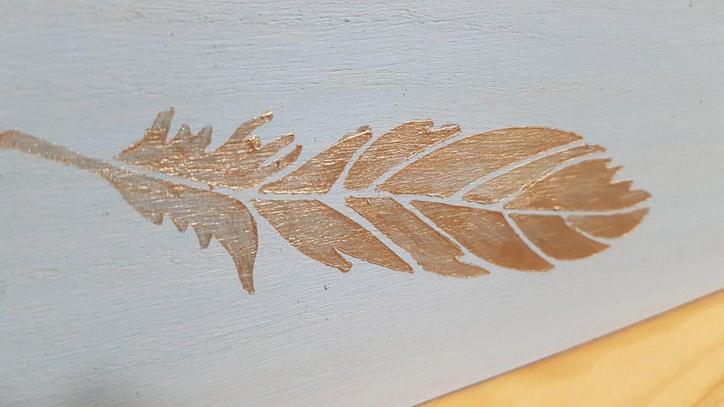 Decorar una caja con chalk paint - detalle de la pluma hecha con plantilla