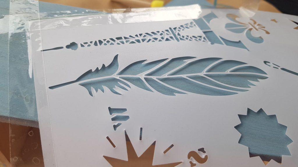 Decorar una caja con chalk paint - Pegamos la plantilla con celo para que no se mueva