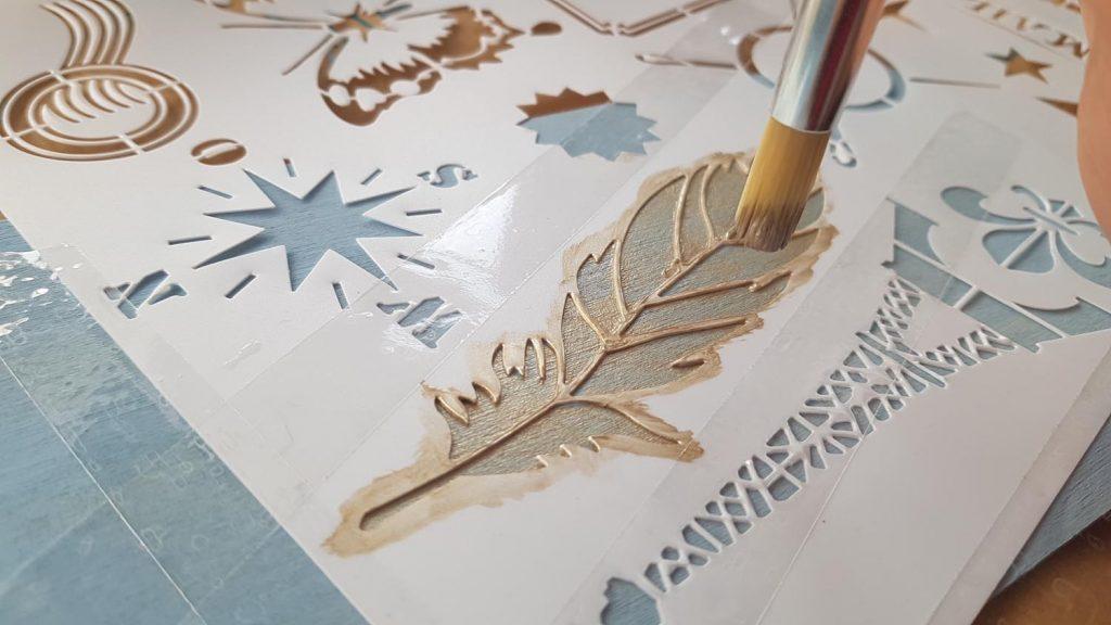 Decorar una caja con chalk paint - Pintamos con un pincel plano la plantilla