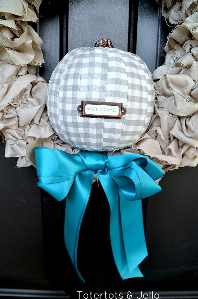 Calabazas de Halloween - calabaza con tela para la corona en la puerta