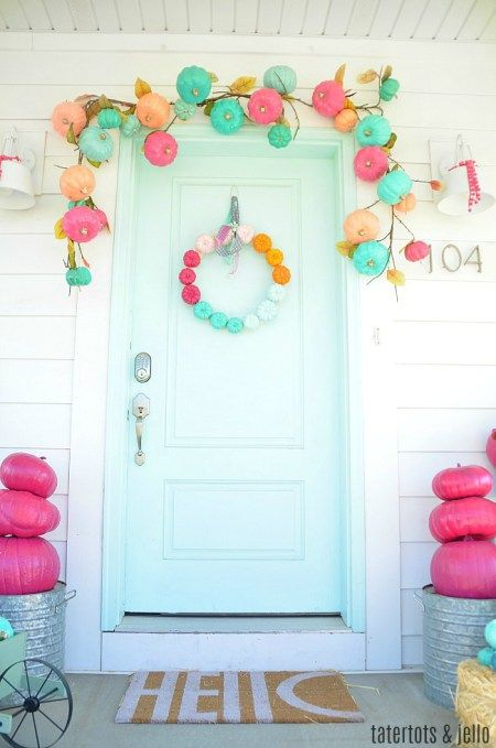 Calabazas de Halloween - calabazas en tonos pastel tambien en la puerta