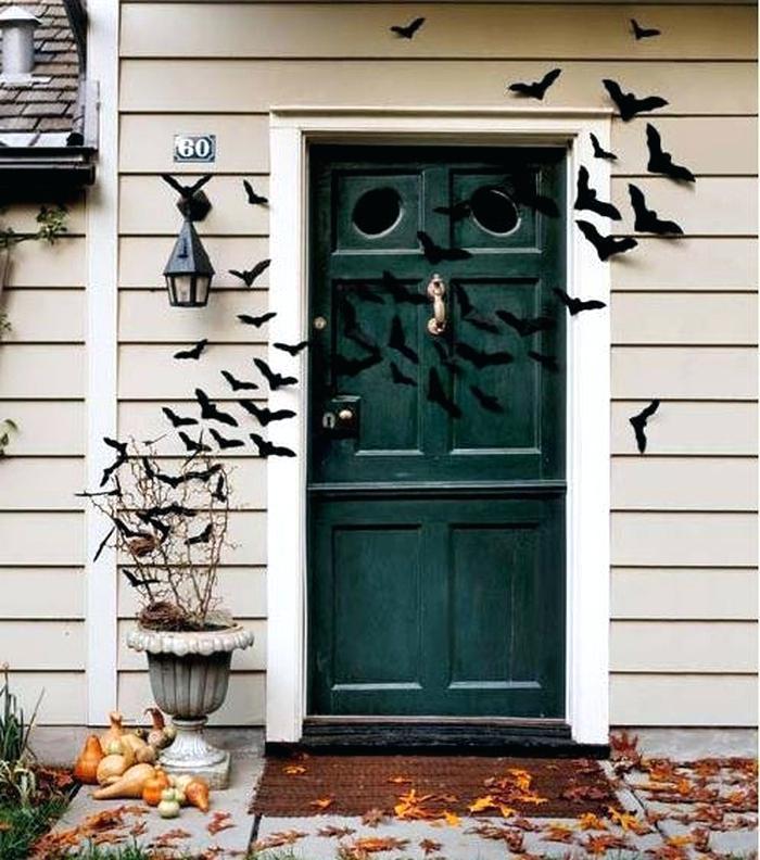 Entrada de casa decorada con muchos murciélagos de papel