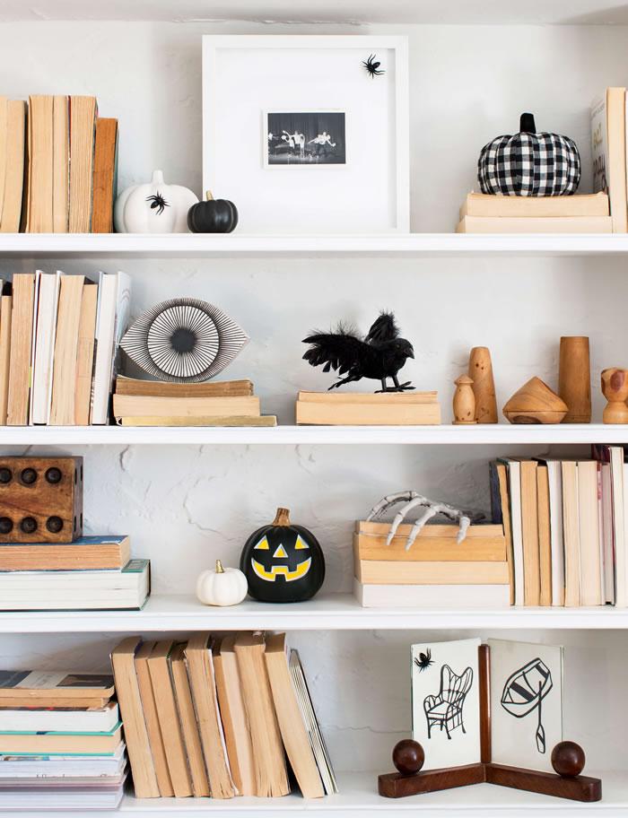 Librero decorado con adornos de Halloween