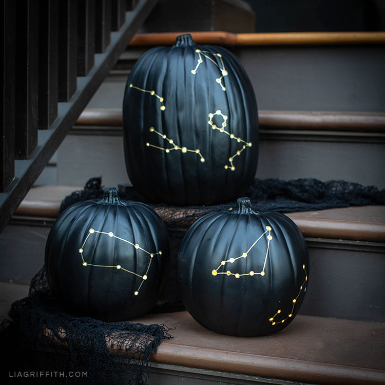 Calabazas pintadas de negro y decoradas con constelaciones