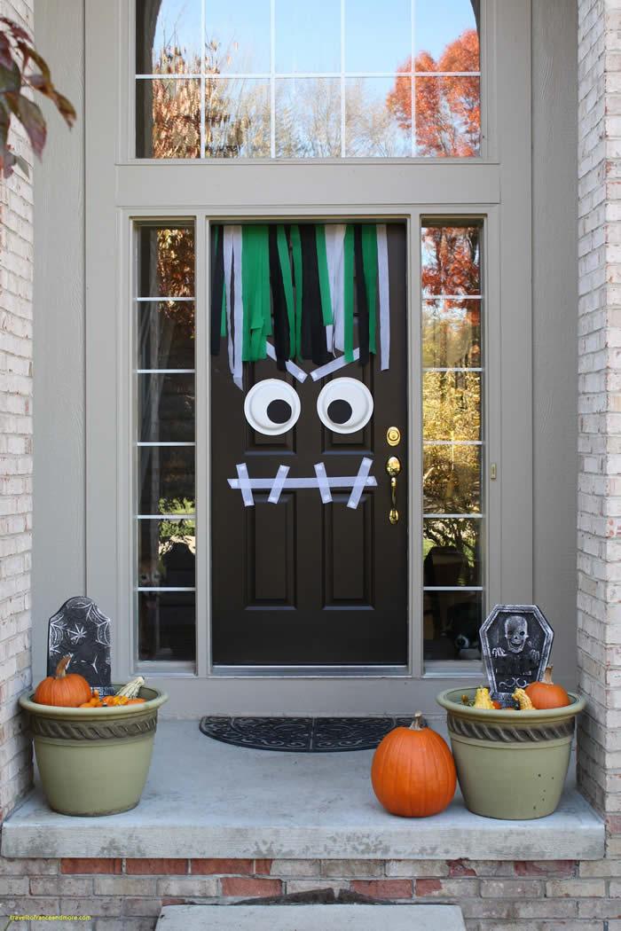Puerta decorada como monstruo
