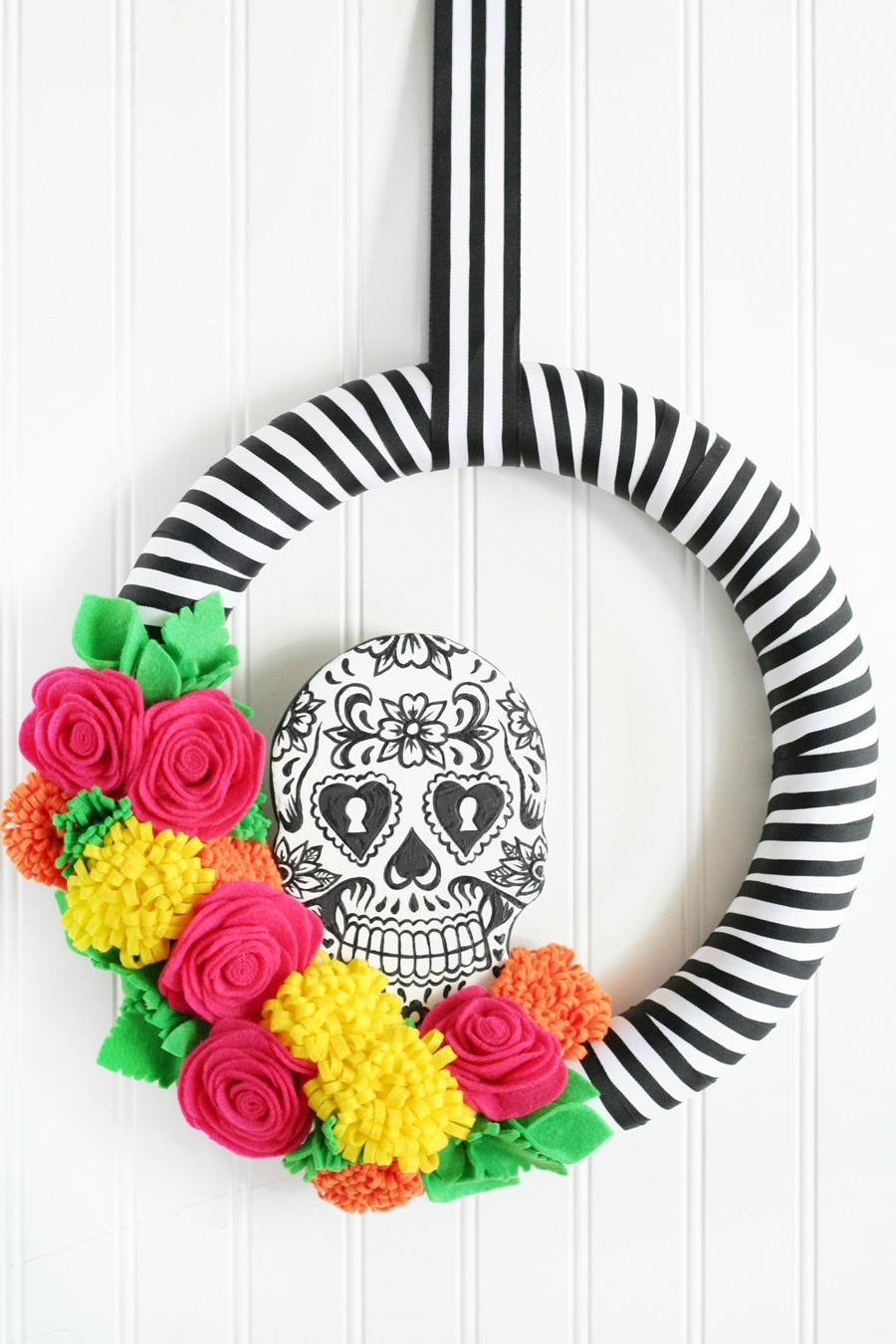 Corona de día de muertos, con calavera y flores de colores