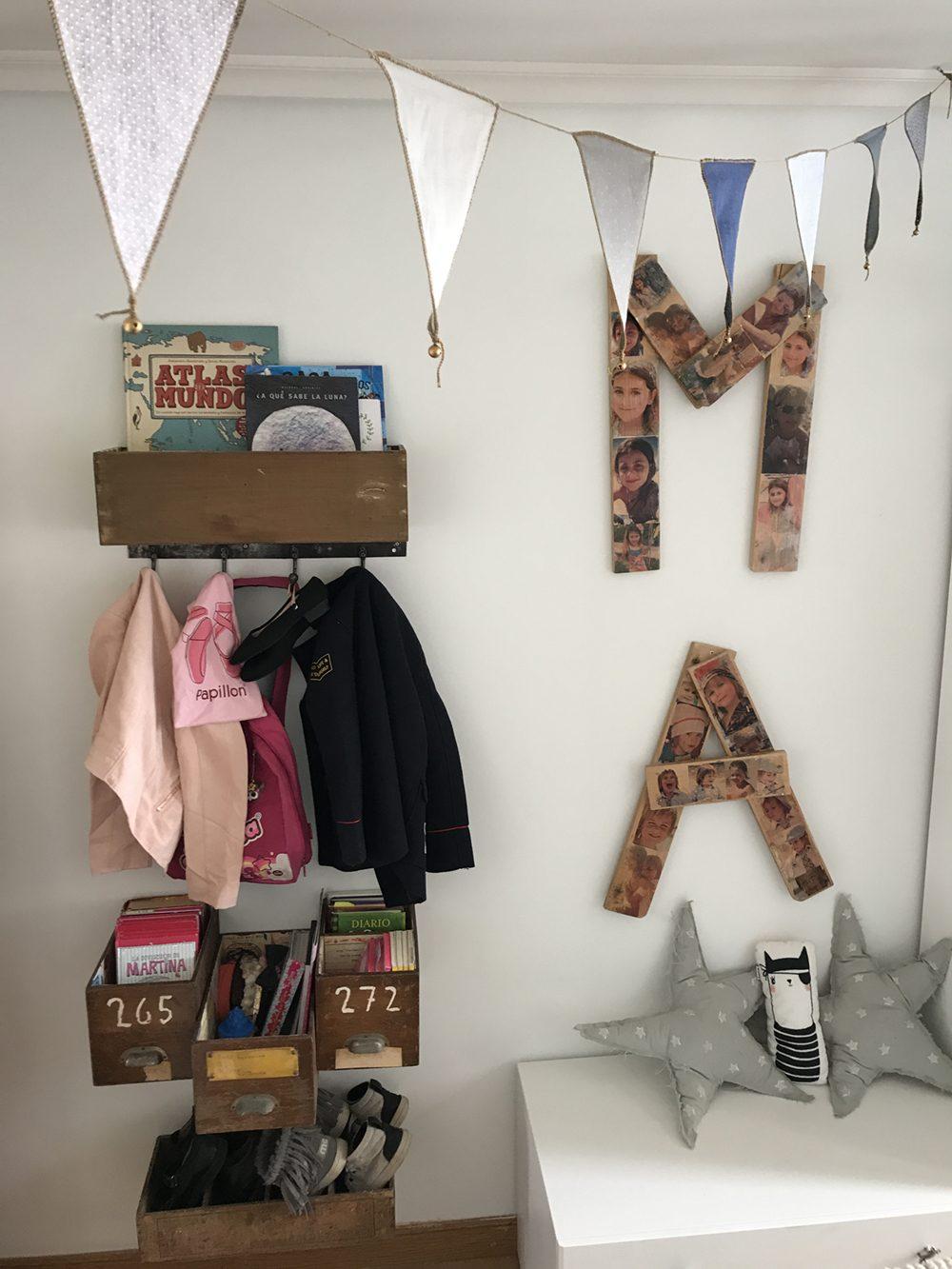 estanteria con cajas vintage