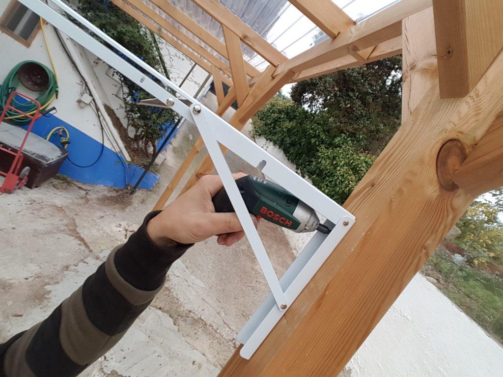 Tendedero plegable DIY - fijamos con tornillos los herrajes