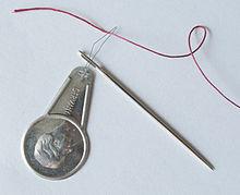 Cómo usar un enhebrador de agujas