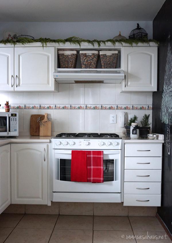 Cocina blanca decorada para Navidad