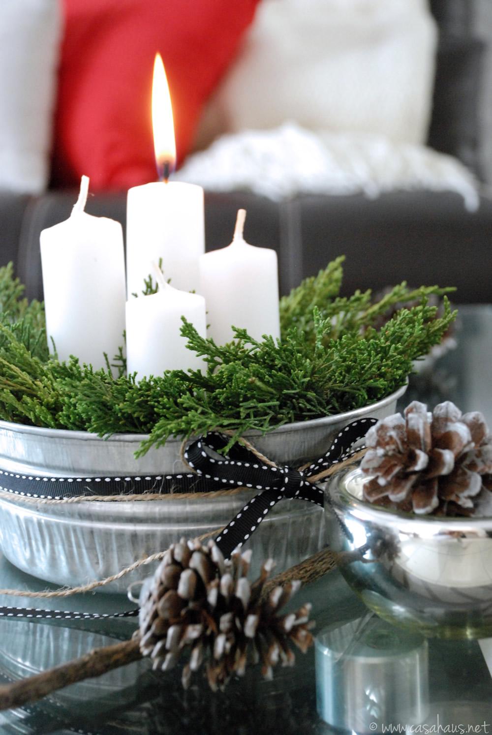 Corona de adviento hecha con velas y ramas de cedro