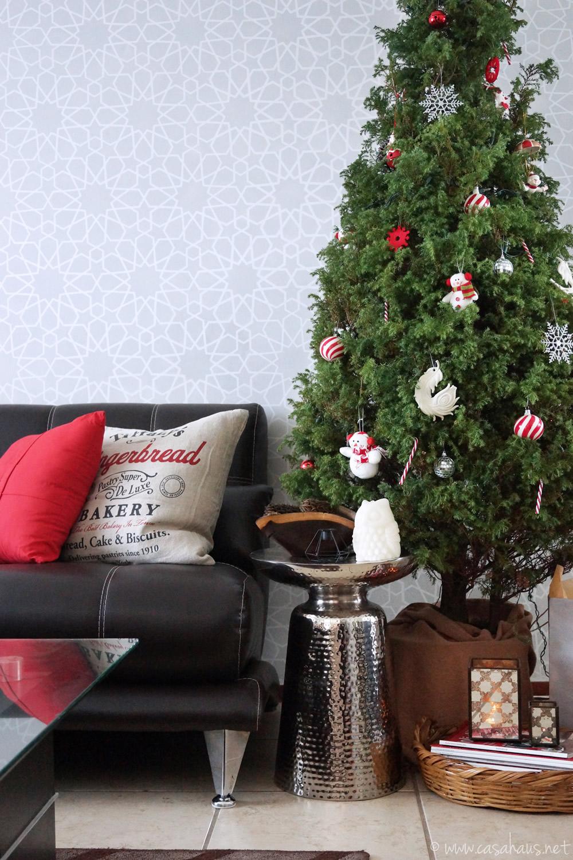 Rincón de sala decorado para Navidad, con arbolito natural arreglado con esferas