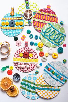 Manualidades de Navidad - Bolas de Navidad decoradas con telas y botones