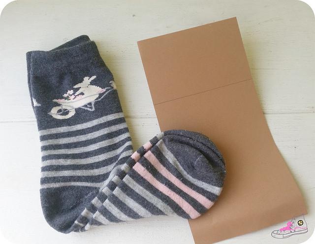 regalando calcetimes
