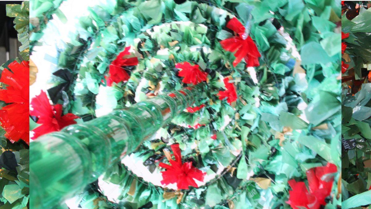 Árbol de Navidad reciclando bolsas de plástico