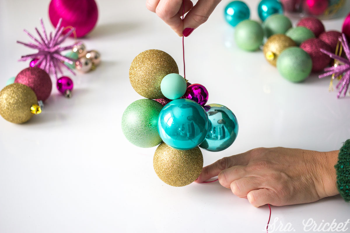 como hacer una guirnalda de bolas de navidad bonita