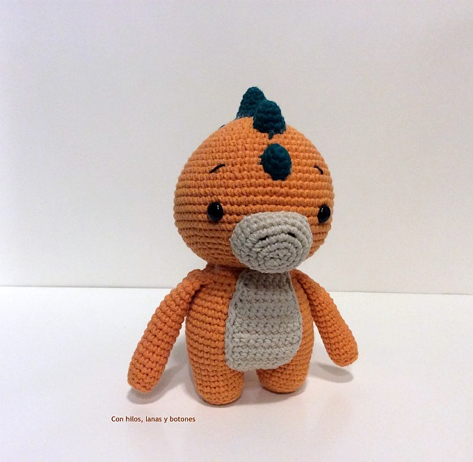 Con hilos, lanas y botones: Dinosaurio amigurumi