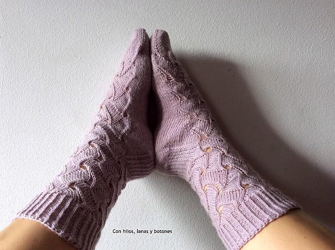 Con hilos, lanas y botones: Calcetines Ondiñas (patrón Lola Dacosta)