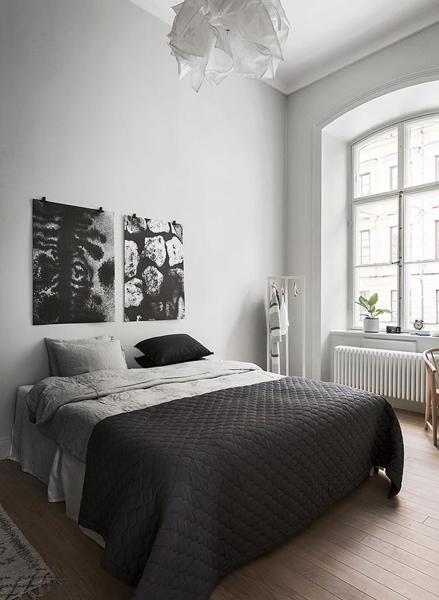 Decorar el cabecero de la cama con láminas