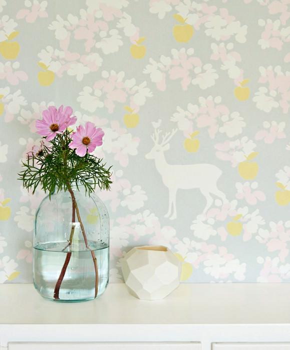 Papel pintado Apple Garden Efecto impreso a mano Mate Manzanas Hojas Flores Ciervos Gris claro  Amarillo pálido Rosa pálido Blanco crema