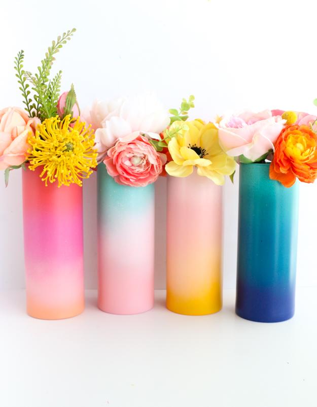 5_DIY_para_añadir_color_a_tu_hogar_este_verano_Gradient_Flower_Vases_decoracion_handmade