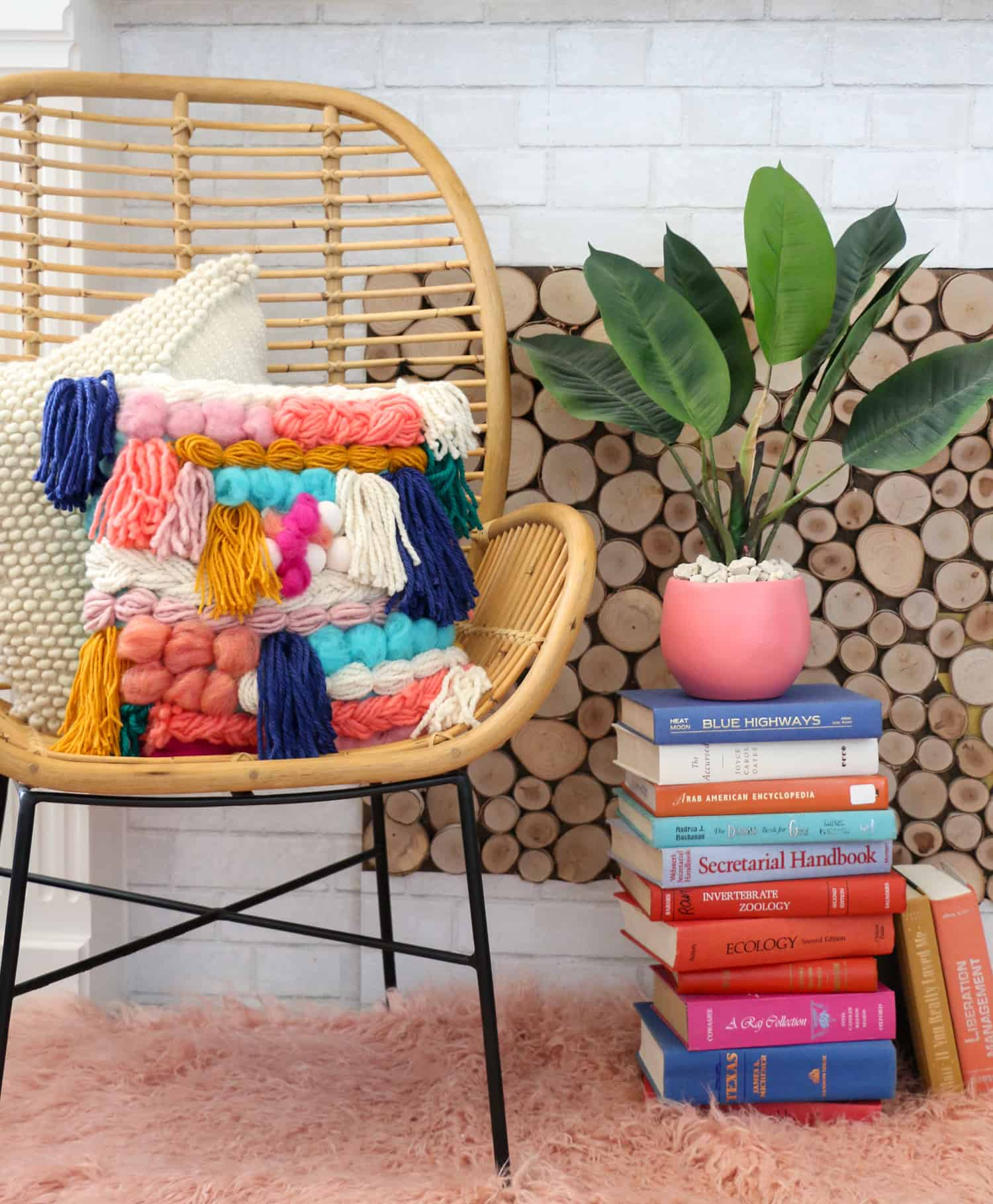 5_DIY_para_añadir_color_a_tu_hogar_este_verano_handmade_decoracion_How-to-Make-a-Faux-Woven-Pillow