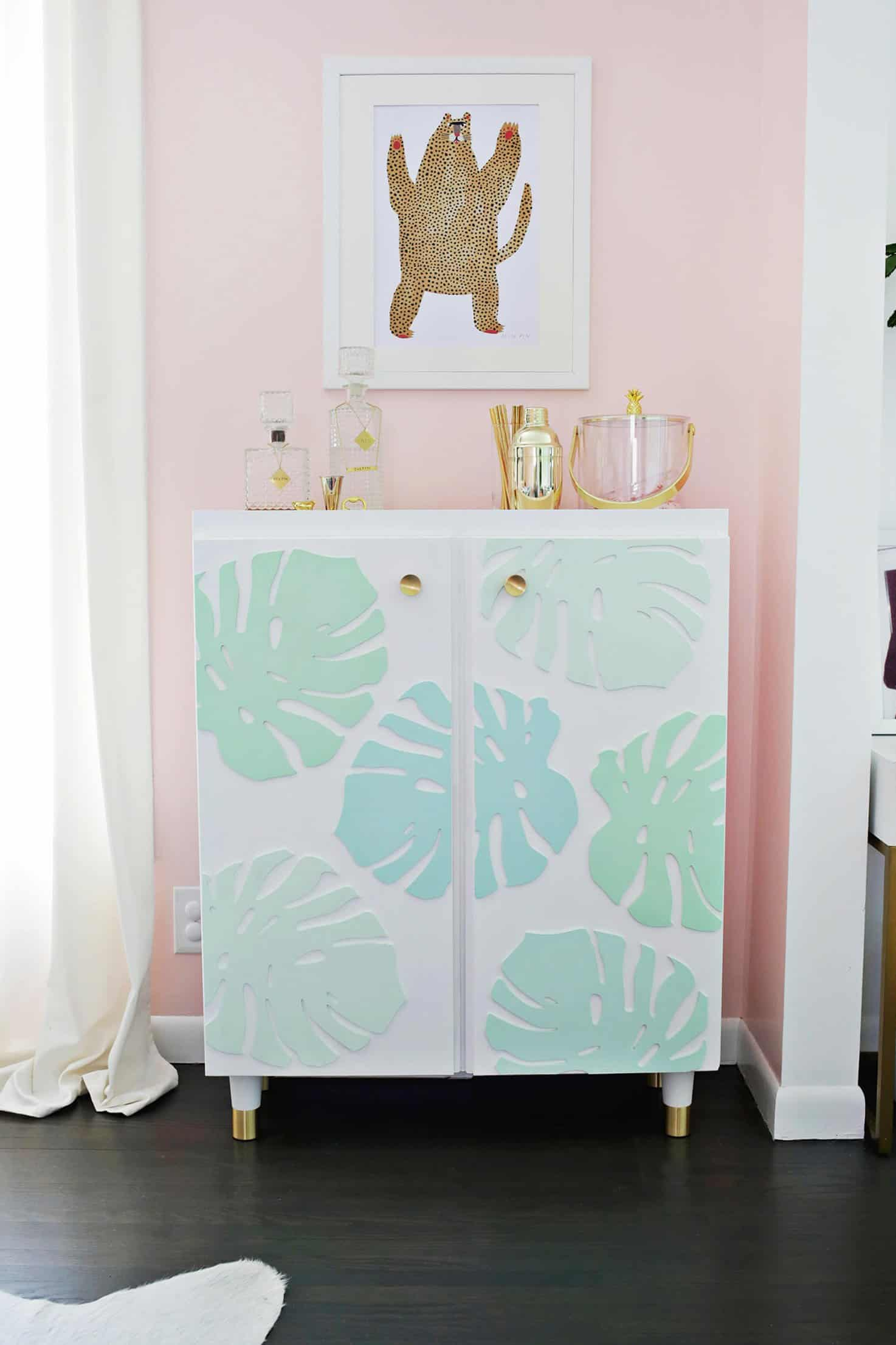 5_DIY_para_añadir_color_a_tu_hogar_este_verano_handmade_decoracion_Ikea-IVAR-Cabinet-Hack-Turned-Into-A-Bar-Cart-Click-through-for-details