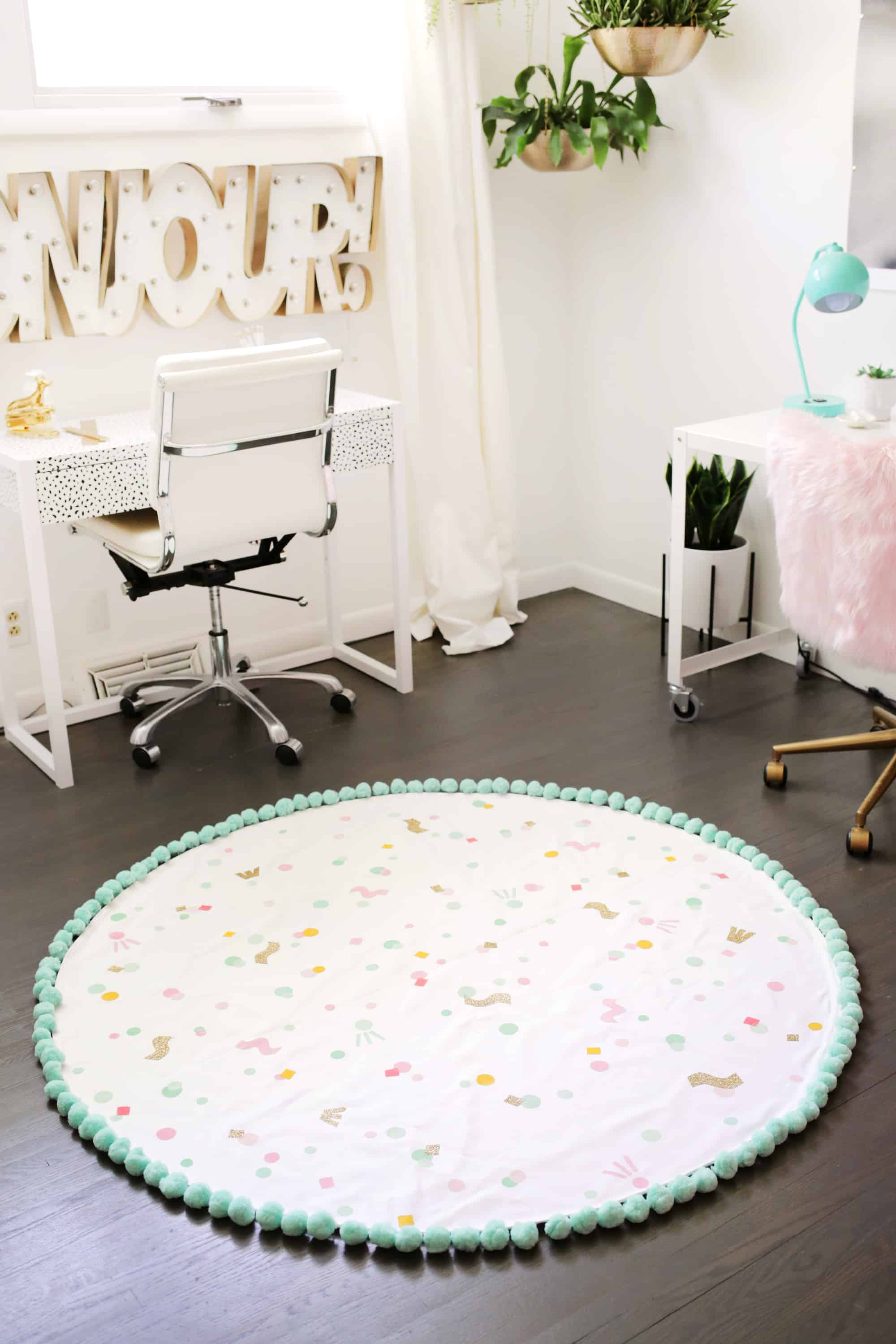 5_DIY_para_añadir_color_a_tu_hogar_este_verano_handmade_decoracion_Make-Your-Own-Washable-Rug-Click-through-for-tutorial