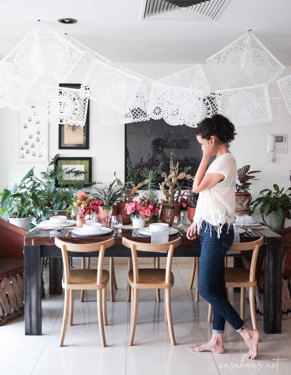 Mujer joven montando una mesa mexicana moderna