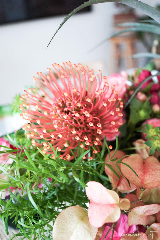 Detalle de arreglo de flores sobre mesa