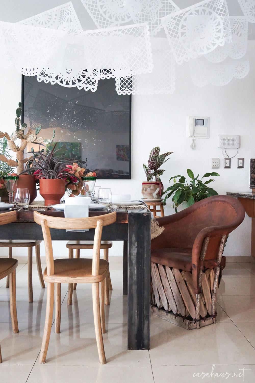 Mesa mexicana moderna con banderines de papel picado y equipal