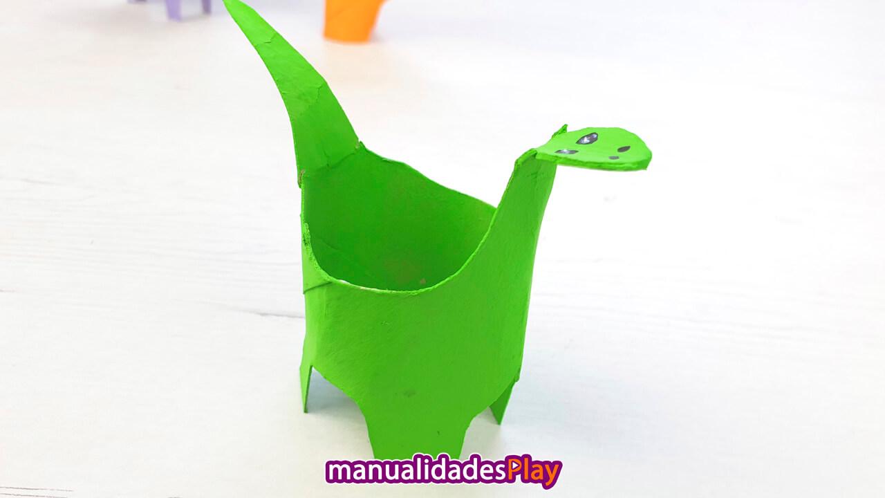 Dinosaurio Diplodocus realizado por un niño con rollos de papel
