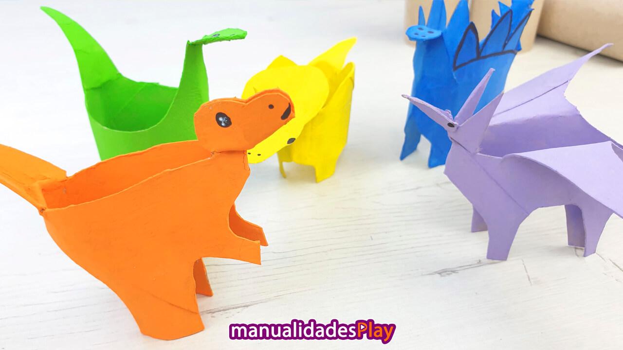 Dinosaurios con rollos de papel realizados por niños