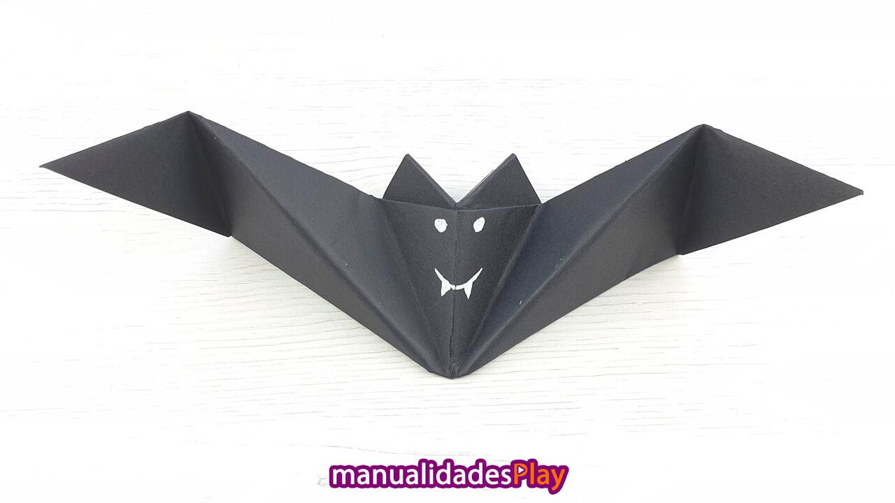 Murciélago de papel para Halloween realizadon con tutorial