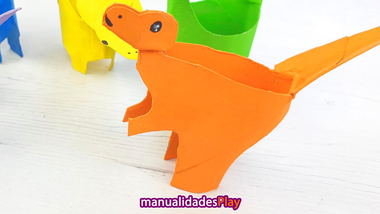 Tiranosaurio Rex realizado con tubo de cartón por un niño