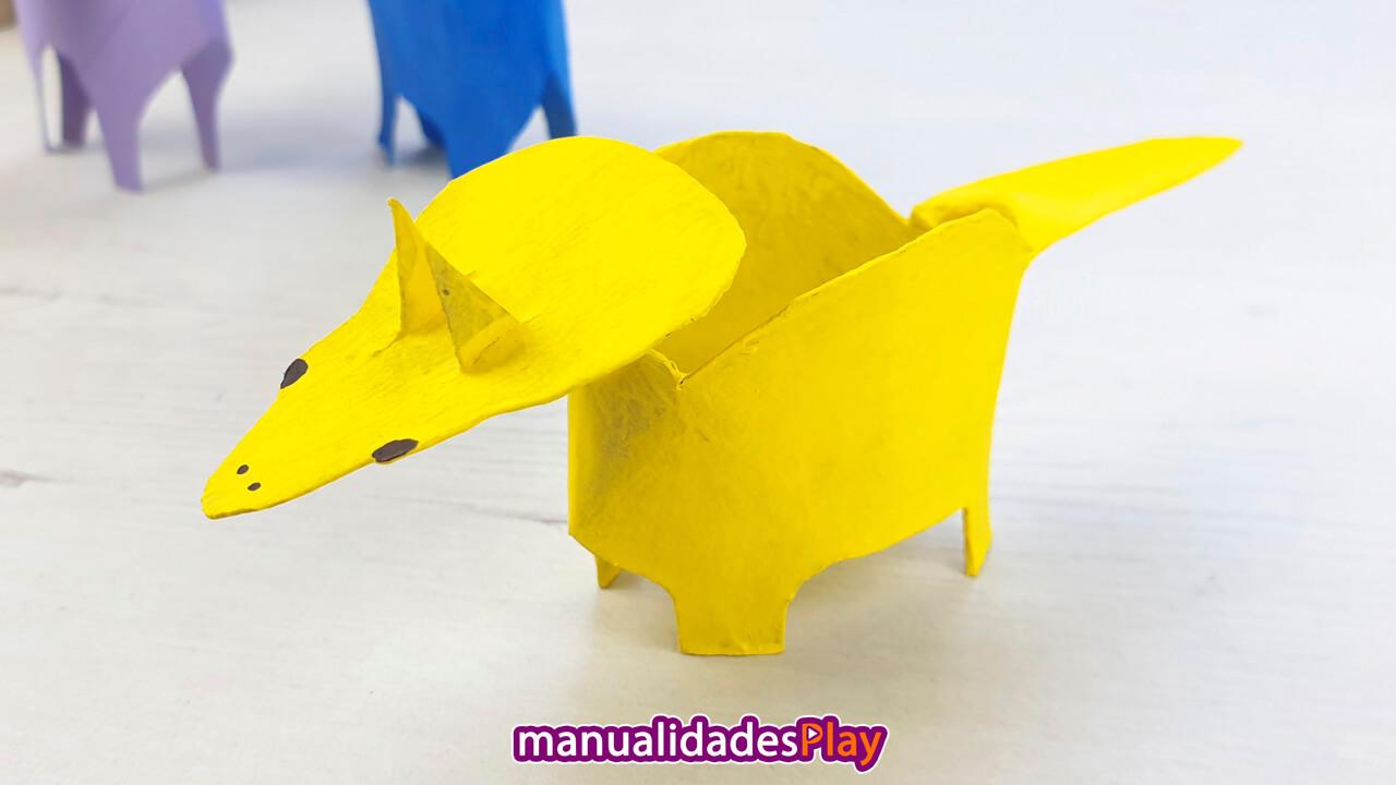 Dinosaurio Triceratops hecho con rollo de papel reciclado por un niño