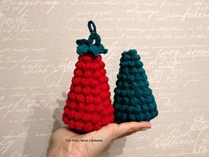 Con hilos, lanas y botones: Árbol de Navidad de ganchillo en punto bobble (patrón gratis)