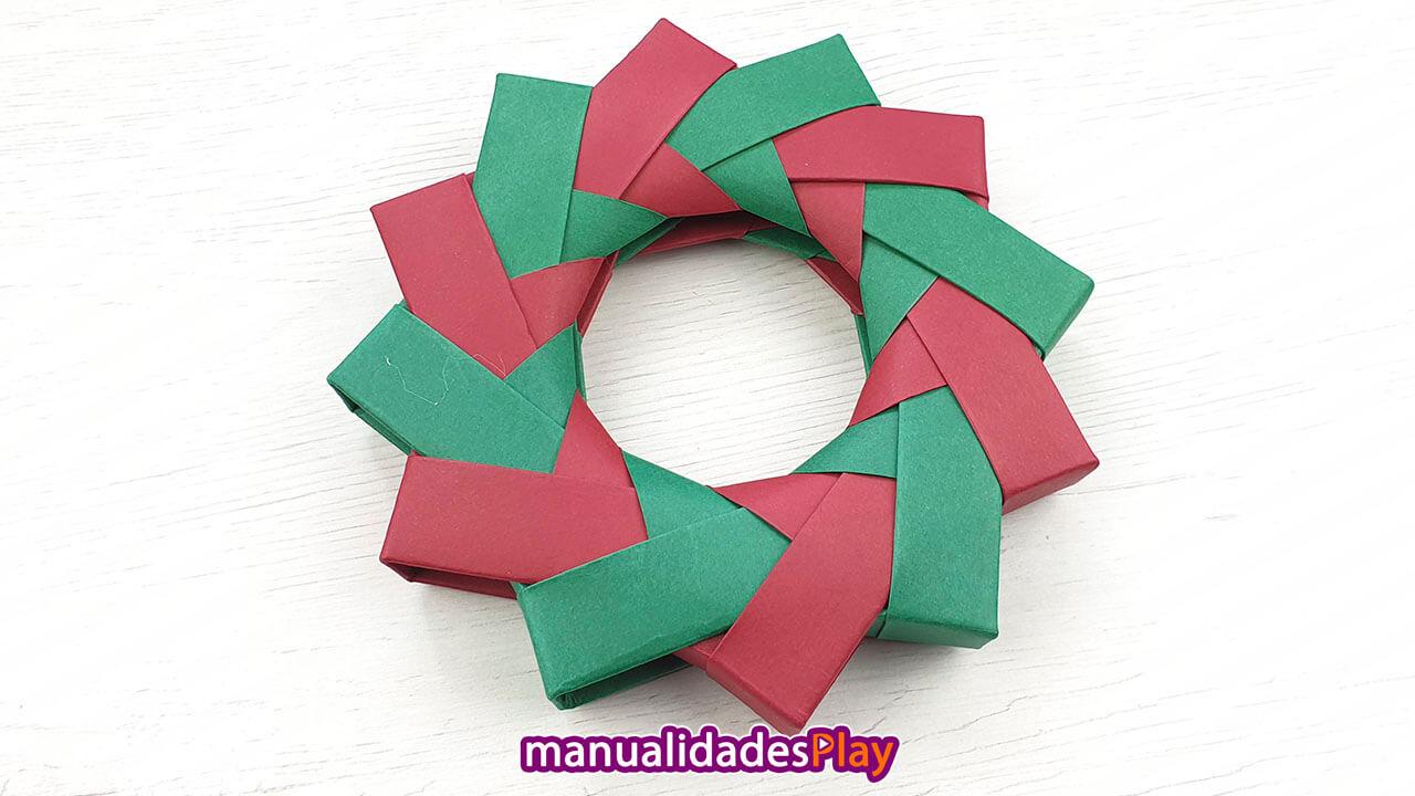 Corona de Navidad de papel formada por 12 piezas de papel
