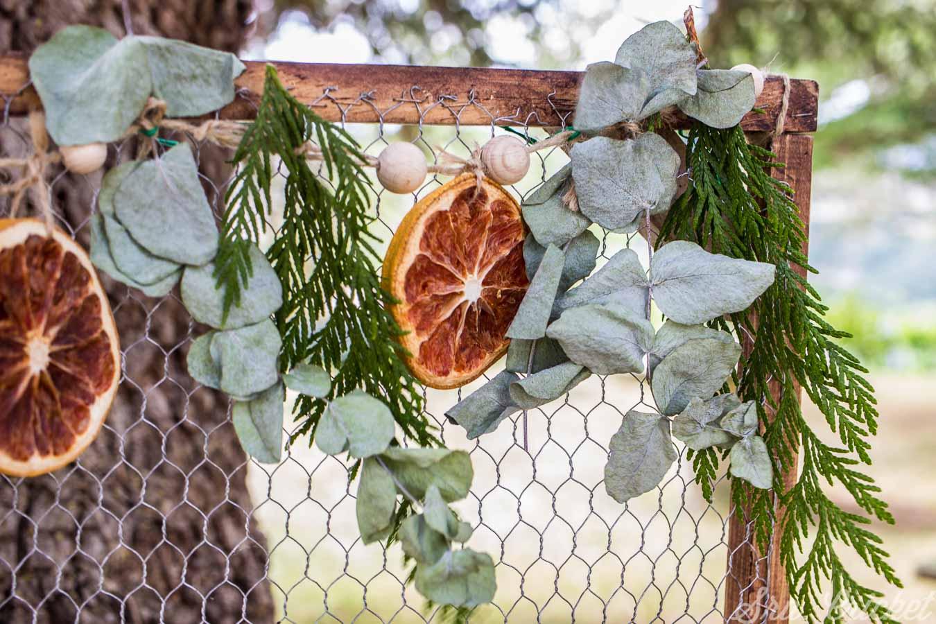 guirnalda de hojas y frutas secas