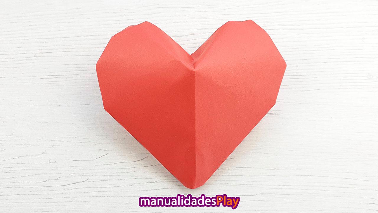 Corazón de papiroflexia en tres dimensiones de papel rojo