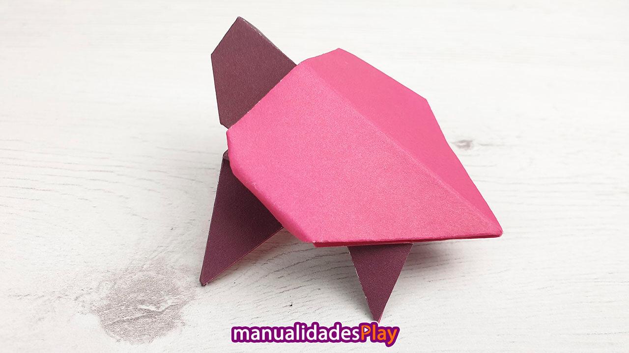 Tortuga de origami de color granate realizada con papel