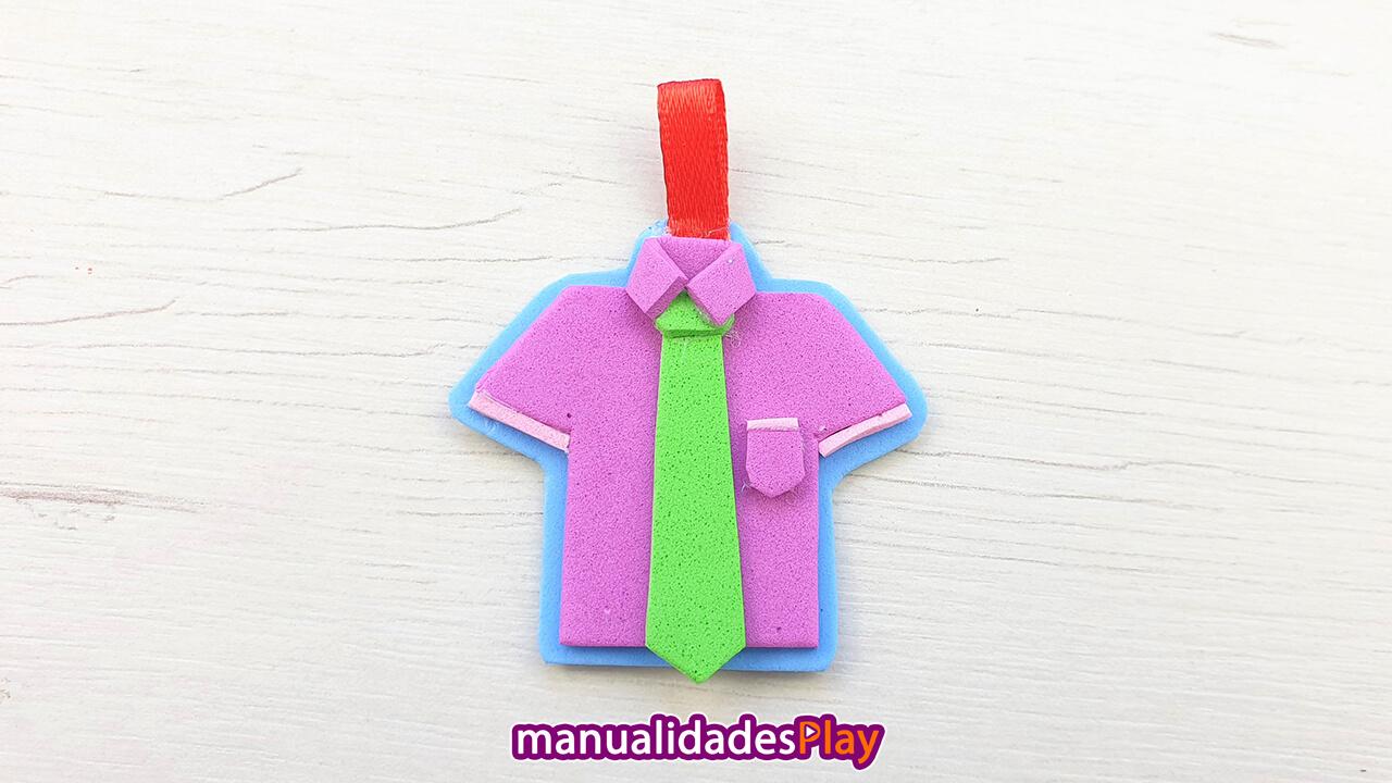 Llavero en forma de camisa realizado con goma eva