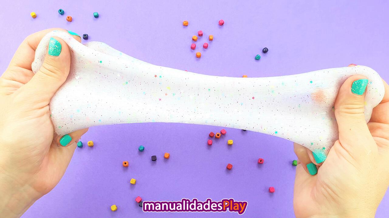 Slime hecho con agua blanco por las burbujas al amasarlo